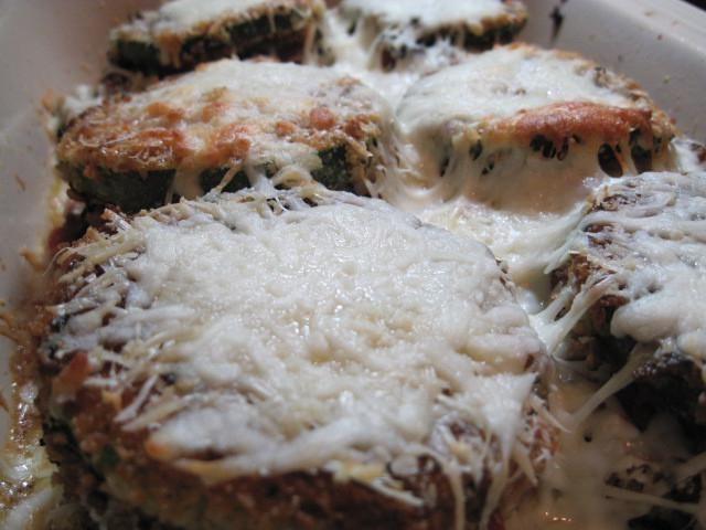 кабачки з куркою під сирним соусом